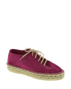 Esta temporada MARYPAZ ha creado el calzado que promete convertirse en los must para tus viajes y escapadas. Alpargatas con cordones y suela plana de yute,
